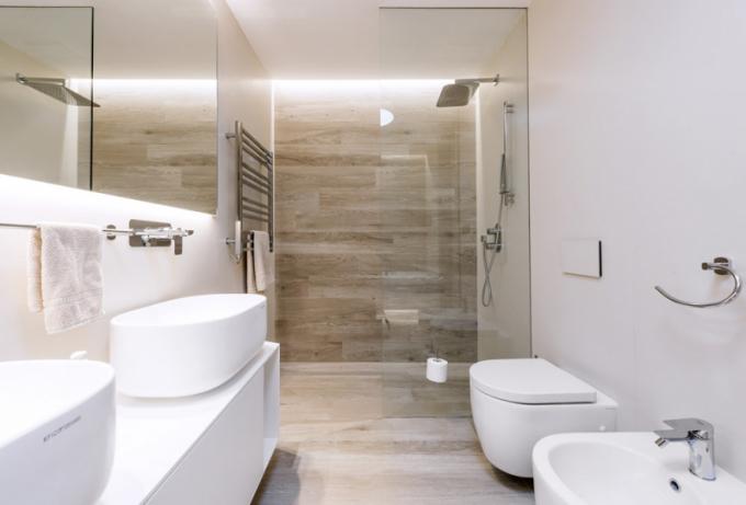 Obklad sdekorem dřeva architekti doplnili jednoduchým jednobarevným obkladem taktéž zportfolia italského výrobce Casa dolce casa