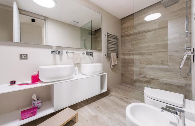 Zázemí sprchového koutu bylo řešeno namíru včetně atypické skleněné zástěny tak, aby voda nevytékala ven