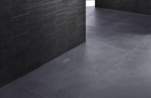 Spád podlahy sprchového koutu může být navržen různě v závislosti na typu dlažby. Odpad a kryt kanálku lze instalovat hned vedle stěny