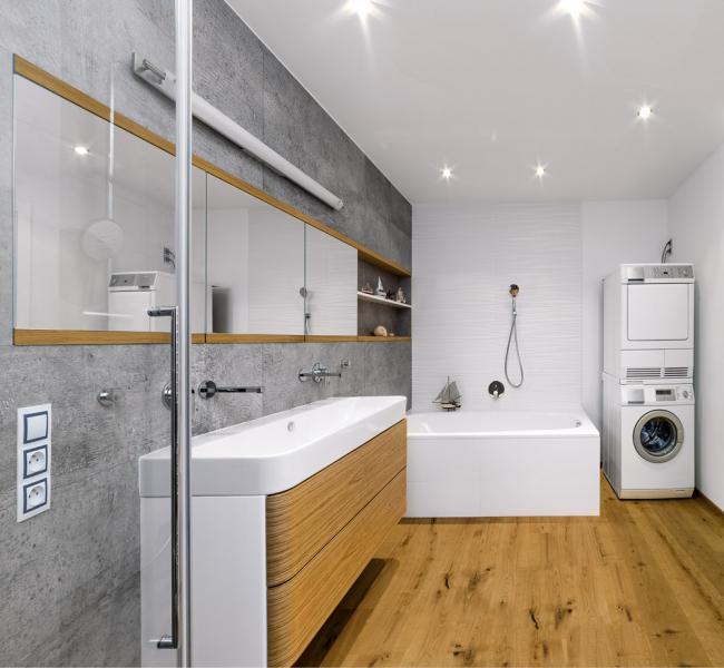 Koupelna se rozšířila ošířku pračky se sušičkou. Nyní jsou tyto spotřebiče vtechnické místnosti avkoutě má rodina kdispozici malou infrasaunu