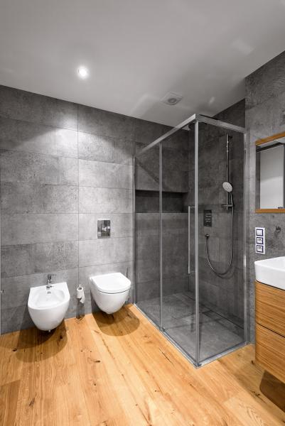 Prostorný sprchový kout Inda srozměrem 120 × 90cm se podařilo zabudovat doroviny spodlahou. Toaleta abidet jsou zkolekce Sfera značky Catalano