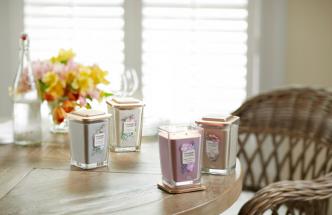Elevation Collection pozvedá styl interiérového vonění na vyšší úroveň, a představuje unikátní víčko, které lze použít jako bezpečný podstavec pro svíčku pro ještě elegantnější vzhled a ochranu nábytku.