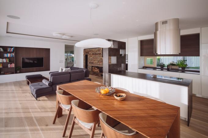 Prostor kuchyně je od obývací části oddělen solitérní knihovnou.