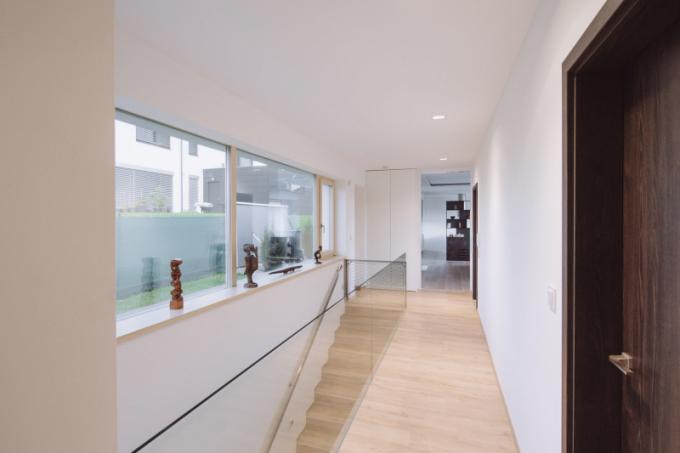 Velké okno ve schodišťovém prostoru vede do zahrady a vpouští do interiéru maximum přirozeného světla.