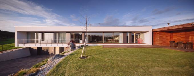 Rodinný dům leží v klidné části Zlína, asi šest minut autem do centra města. Parcela je orientována na jihozápad se západním svahováním a s krásným výhledem jak do údolí, tak na protější svahy.