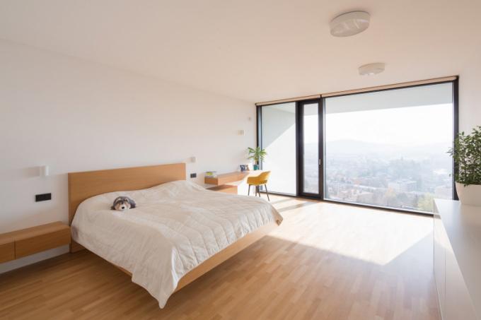 Interiér je řešen dle požadavků investora vmoderním minimalistickém duchu smaximální jednoduchostí užitých prvků ipočtu materiálů.