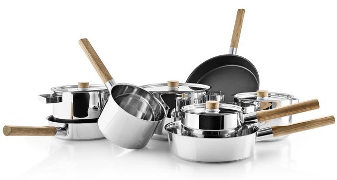 Nádobí z rozmanité série Nordic kitchen (Eva Solo) kombinuje kvalitu a funkčnost nerezové oceli s trvanlivostí a krásou dřeva. Dostupné je v podobě pánví, hrnců a rendlíků v mnoha rozměrech. Dno o síle 6,2 mm s tlustým hliníkovým jádrem dobře roznáší teplo po celé ploše. Cena pánve O 24 cm od 2 859 Kč, hrnec O 18 cm 3 249 Kč, WWW.KULINA.CZ