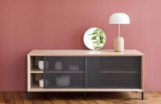 Inspirována vzhledem elegantních vitrín 60. let komoda Gabin (Hartô) v současných interiérech zazáří.  Spojení kresby dubového dřeva a vzoru vyřezávaného v desce posuvných dvířek z lakované oceli jen tak neomrzí. Výrobce navíc garantuje ekologický přístup a výrobu pouze v rámci Evropy. Rozměry: 162 × 49 × 20 cm, výška 45 cm. Cena 32 165 Kč, WWW.HARTODESIGN.FR