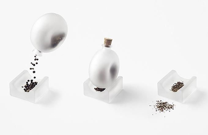 Jako pepřenka a hmoždíř zároveň poslouží Pepper Pestle (Valerie Objects). Obdélníková základna určená pro ruční mletí příjemně kontrastuje s kruhovým obrysem uzavíratelné dózy. Protiklady v tomto případě spojuje použití matného skla. Uzávěr je z ekologického korku. Za dobrým nápadem stojí designérské studio Nendo, které vede už od roku 2002 Oki Sato, cena 830 Kč/ks, WWW.VALERIE-OBJECTS.COM