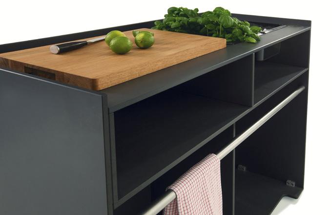 Ticino Buffet (Conmoto) je součástí rozsáhlé řady kuchyní, volně stojících pracovních ostrůvků, úložných prostor a barových pultů určených pro použití v interiéru i exteriéru. Odolné materiály, minimalistický design a maximální funkčnost jsou v tomto případě hlavní ingredience. Design Carsten Gollnick, rozměry 93 × 120 × 50 cm, cena 47 860 Kč, WWW.CONMOTO.COM