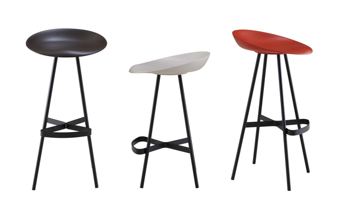 Barová stolička Berretto (Ligne Roset) je ztělesněním hravosti. Konstrukci z lakované oceli spojuje důmyslně zakřivený ocelový plátek, který zároveň tvoří oporu pro nohy. Sedák je vyroben z polyuretanu. Dostupné jsou také otočné verze s posuvnou výškou sedu. Design Claudio Dondoli a Marco Pocci, výška 83 cm, cena 12 376 Kč, WWW.LIGNE-ROSET.CZ