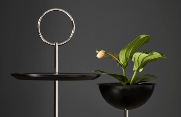 Švédská designérka Malin Lundmark čerpala inspiraci pro odkládací stolek Lollipop zklasického podšálku. Poprvé ho představila roku 2014.