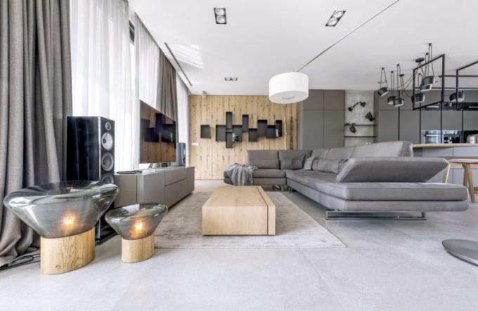 Nábytek je zhotovený namíru podle návrhu Petra Tůmy vkontextu snavazující jídelnou akuchyní. Prostředí krášlí stojací lampy (Brokis) vdesignu Lucie Koldové