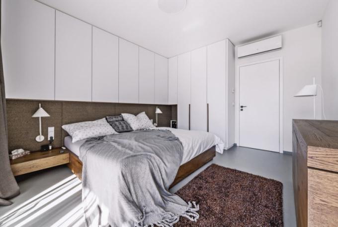 Ložnice je vyrobena namíru vtmavším odstínu dubu vkombinaci sbílou barvou. Nabízí dostatek úložných prostorů. Čelo lůžka je čalouněno textilií vtvídovém designu
