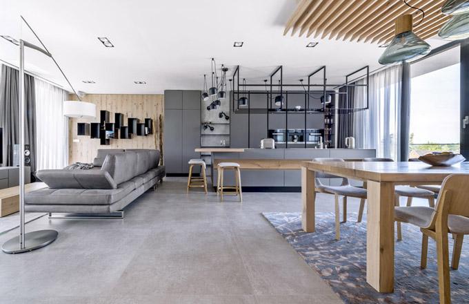 Podlahu celé společenské zóny kryje keramická velkoformátová dlažba  1 × 1m (Fiordo Victory)