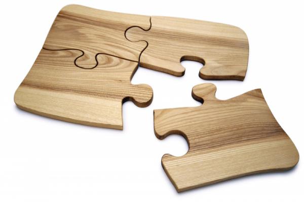 Sada čtyř prkének Party Puzzle, jasanové dřevo, 50 × 38 × 2cm, váha 2,1kg, cena 1500Kč,  www.kuchynska-prkenka.cz