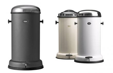 Odpadkový koš Vipp je dostupný vedvou barevných variantách apěti velikostech, design Holger Nielsen, objem  4 až 40 litrů, práškově lakovaná ocel, nerezová ocel apryž, cena od 5936Kč, www.stockist.cz