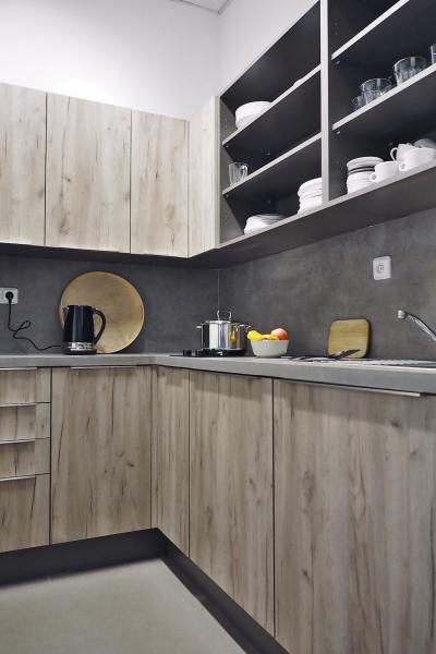 Kuchyňská sestava Tree Talk (Dolti), korpus vbarvě lávy, dvířka vodstínu L-71 (dub craft šedý), pracovní deska povrchové úpravě beton natural, nerezové úchytky