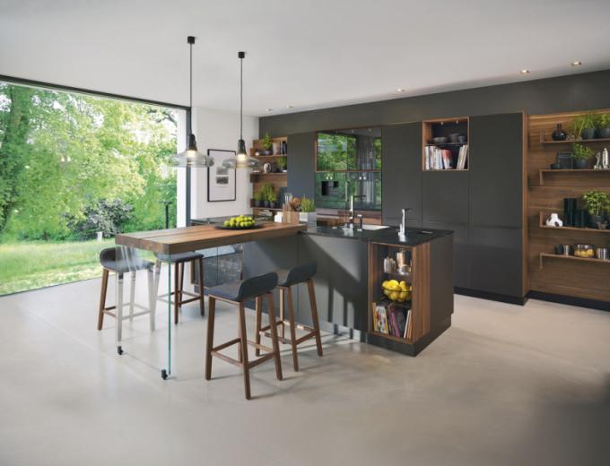 Perfektní materiál, dokonalé řemeslo – hlavní atributy definované naveletrhu LivingKitchen 2019. Vynikajícím příkladem je kuchyňský koncept Black Line (Team 7), který je postaven nakouzlu černé matné vitráže vkombinaci sjemným zakouřeným sklem vkonfrontaci se skutečně kvalitním masivním dřevem, více onovince naWWW.TEAM7.AT