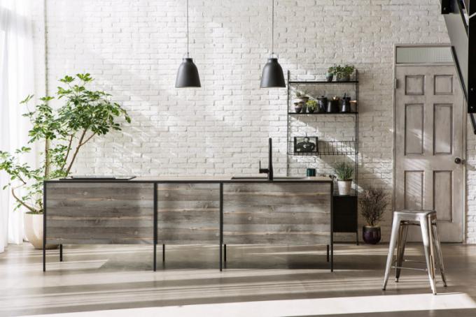 Kovové detaily vjakémkoli pojetí jsou jednoznačně výrazným momentem pro interiérový trendbook 2019. Kovové základny vytvářejí pocit vzdušnosti vinteriéru. Kuchyňský ostrůvek Pattina Compact zkolekce Pattina (Sanwa Company), černý matný rám vkombinaci se surovým repasovaným dřevem skvostně rezonuje sjednoduchými italskými keramickými dlaždicemi aprezentuje moderní pojetí stylu vintage, WWW.SANWACOMPANY.GLOBAL