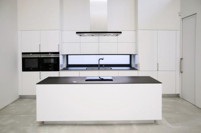 Kuchyň namíru (Alin – Moderní byt), lak vysoký lesk RAL 9003 – bílý odstín, keramická pracovní deska Neolith, dekor Basalt black otloušťce 12mm, spotřebiče Siemens, cena 387200Kč,  WWW.ALIN-MODERNIBYT.CZ