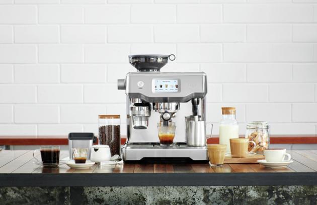 Nedejte na marketingové údaje a raději si kávovar nechejte předvést. Ať slyšíte, jestli je mlýnek hlučný, jestli kávovar pracuje jak má a jestli prodejce ví jak kávovar obsluhovat. Vyzkoušejte, jak káva teče. Nekupujte krabici scenou, ale funkční kávovar. (foto: Sage)