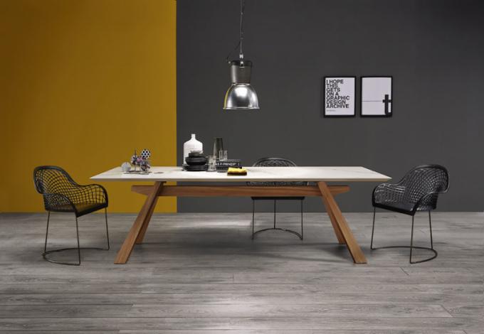 Židle Guapa P (Midj), design Beatriz Sempere aFranco Poli, kovová podnož ačalouněný sedák, cena od 18 770 Kč,  www.casamoderna.cz