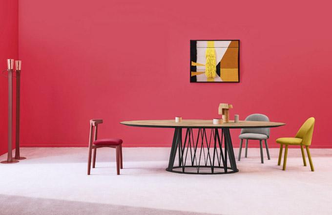 Stůl Acco (Miniforms), design Florian Schmid, konstrukce ze dřeva, deska stolu je dostupná vevariantě sklo, dřevo akeramika, 200/240/260 × 120 × 75cm, cena od 72 842 Kč do 142 127 Kč  www.cskarlin.cz