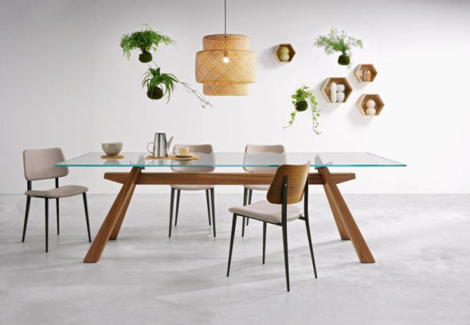 Stůl Zeus (Midj), podnož ze žíhaného ořechu, skleněná deska, šířka 200 až 300cm, cena 84327Kč, www.casamoderna.cz