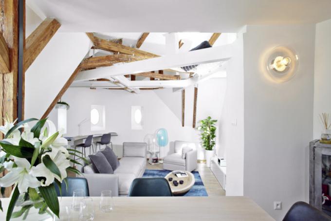 Otevřený prostor se surovým vyzněním prvků typických pro podkrovní byty sminimálním počtem kusů nábytku – přesně takový byl záměr majitelů bytu