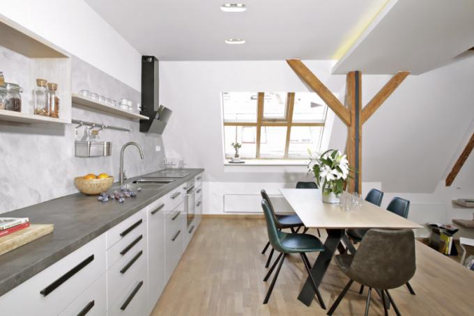 Napříč interiérem nebyly použity vysoké skříně či komody. Také kuchyňská linka se záměrně skládá pouze ze spodních skříněk tak, aby prostor působil vzdušně