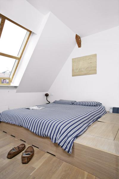 Postel vzenovém konceptu byla vyrobena namíru odčeského výrobce Triant akromě očekávatelného komfortu nabízí rafinovaně řešené velké množství úložných prostor