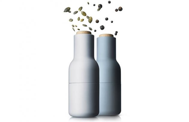 Dánské mlýnky Bottle (Menu), díky obrácené konstrukci se sůl a pepř nesypou samovolně ven, otočením dřevěné části nastavíte hrubost mletí, cena 1850Kč/2 ks,  WWW.DESIGNVILLE.CZ