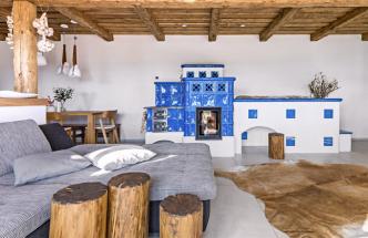 Dominantu hlavního obytného prostoru tvoří tradiční pec, kterou Magdaléna využívá nejen navaření, pečení asušení, ale slouží také pro chvíle společné pohody arelaxu