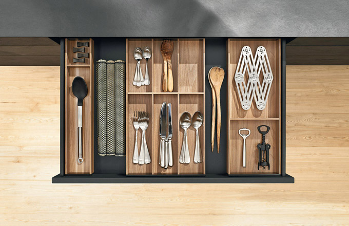 Vnitřní řešení kuchyňských skříněk MultiMatic (Siematic), variabilní systém, výběr zněkolika materiálů, cena dle realizace, www.siematic.com