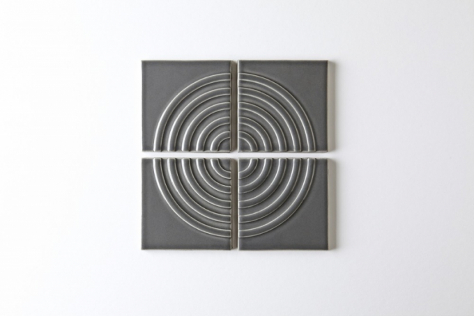 Za návrhem obkladů sgeometrickými vzory stojí Kristine Morich a dvojice Jason a Megan Colemanovi ze studia Clayhaus Modern Tile vOregonu.