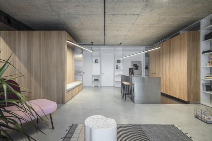Přáním mladého izraelského páru bylo takové bydlení, které by maximálně využilo potenciál prostoru, a zároveň umožnilo vbudoucnosti integrovat i další pokoj.