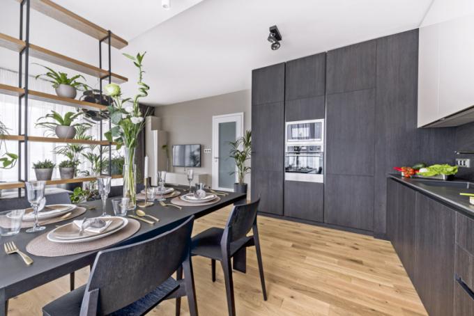 Tmavé barvy proměnily interiér novostavby velegantní domov avkombinaci spřírodními materiály ho příjemně zútulnily