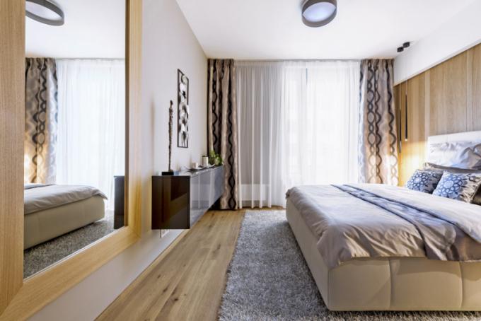 Svou barevností apoužitými materiály ložnice vybízí kpříjemnému akomfortnímu odpočinku. Kombinace tmavého dekoru dřeva santracitovým povrchem vevysokém lesku tvoří zajímavý kontrast. Atmosféru dotváří pečlivě vybrané textilie, které ladí tón vtónu spovlečením, čalouněnou postelí avýmalbou celého pokoje