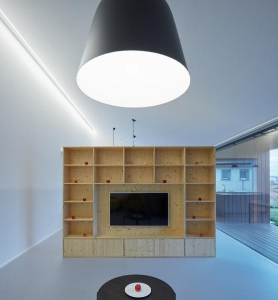 Kuchyň, jídelnu a obývací pokoj od sebe oddělují jen vložené nábytkové prvky.