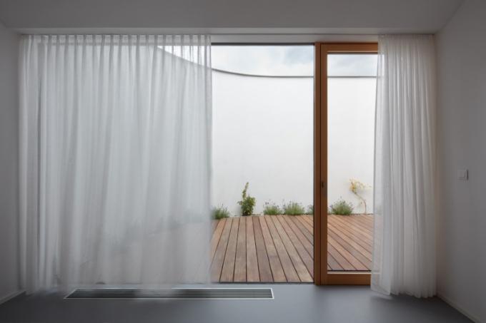 Požadavek maximální vzdušnosti a nestísněnosti umocňují ivelká bezrámová okna spojující skrze krytou venkovní lodžii interiér se zahradou. Přes společnou centrální šatnu lze vstoupit do dvou dětských pokojů (orientovaných také na jih), koupelny, pracovny a ložnice.