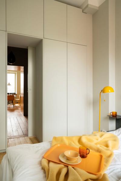 Žlutá barva a funkční úložné prostory jsou spojovacím prvek celého interiéru ve Stockholmu.