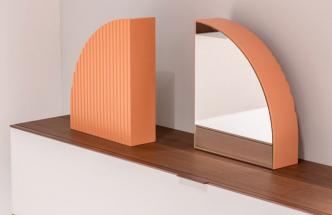 Kontrastní spojení pravých úhlů a oblých křivek, hladkých i drážkovaných povrchů a jemných odstínů růžové tvoří stolní zrcadla Arceau (Ligne Roset). Trojice designérů pracujících pod značkou Numéro111 se zcela nepokrytě inspirovala stylem art deco, který v umírněných podobách vstupuje do současných interiérů stále častěji. Lakovaná MDF, výška 45,5 a 62 cm, cena od 13 464 Kč, www.ligne-roset.cz