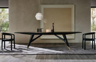 Jídelní stůl D.859.1 (Molteni C) navrhl slavný Gio Ponti pro skutečně velkolepá setkání. Nabízí plochu delší než 360cm avejde se kněmu pohodlně až deset lidí. Přesto prostor opticky nezatíží víc, než je třeba, díky úzké desce stolu adynamicky tvarované konstrukci. Vyrobený je zjasanového dřeva, nohy zdobí bronzové špičky. www.cskarlin.cz