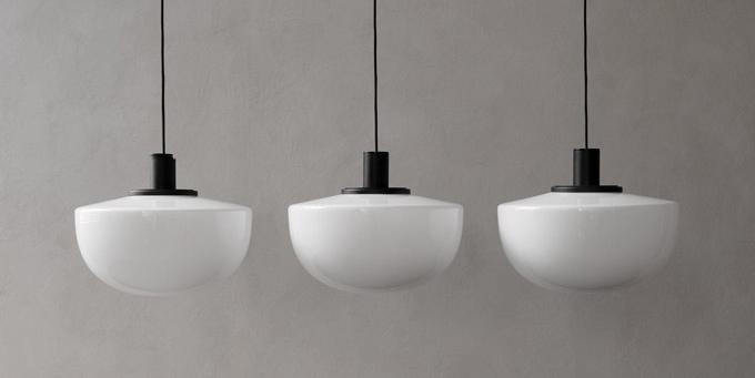 Bank (Menu) je osvěžující variací nadobové osvětlení New Yorku 20.let. Ručně foukané opálové nebo kouřové sklo je uchyceno černě lakovaným hliníkovým kováním. Nadčasová kombinace akvalitní řemeslné zpracování jsou zárukou dlouhověkosti jednoduše krásného svítidla, které si uchovává ryze skandinávskou čistotu světovosti navzdory. Design Norm Architects, Ø 35cm, výška 20 a30cm, cena 8160Kč, www.stockist.cz