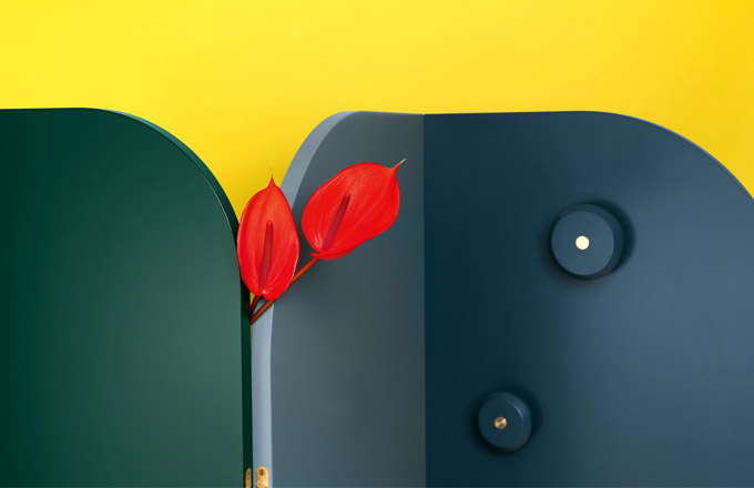 Snadno poskytne tolik žádoucí intimitu kdekoli, kam ho zrovna postavíte, a zároveň dobře poslouží k zavěšení šatů i nejrůznějších doplňků. Paraván Lola (Schönbuch) se skládá ze tří až pěti panelů, které lze libovolně spojovat a kombinovat tak barvy i tvary podle potřeby. Součástí konstrukce mohou být háčky i police, mosazné panty umožňují otevření až o 180°. Design Bodo Sperlein, šířka 165 až 275 cm, www.schoenbuch.com