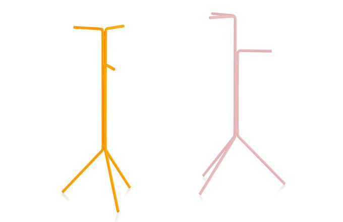 Ohýbané lakované trubky z oceli o průměru 12 mm tvoří základ jednoduché a hravé kolekce věšáků a multifunkčních stojanů D12 (Diablo), která je vhodná pro interiér i exteriér. Marià Castelló tyto mimořádně odolné stojany navrhl původně pro svůj nový dům na ostrově Formentera, a protože se osvědčily, jsou nyní dostupné v několika rozměrech a barvách i široké veřejnosti. www.onespace.cz