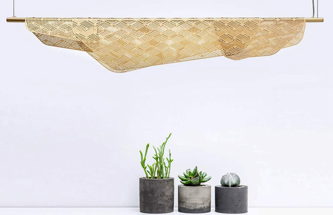 Nového barevného pojetí se dočkala oblíbená kolekce svítidel Méditerranéa (Petite Friture) od designéra Noého Duchaufoura-Lawrance. Původní inspirace středomořskými balkony ověšenými čerstvě vypraným prádlem je nyní ještě patrnější obzvláště u bílé varianty. Tkaninu simuluje plechový plát s vyřezávaným geometrickým vzorem, který umožňuje jemné prosvítání paprsků světla. Cena od 19 120 Kč, www.petitefriture.com