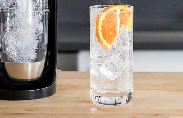 Příprava perlivé vody svýrobníkemSodaStream SPIRIT OneTouchje až návykově pohodlná díky uchycení lahve pouhým zasunutím a zacvaknutím namísto dříve známého šroubování.
