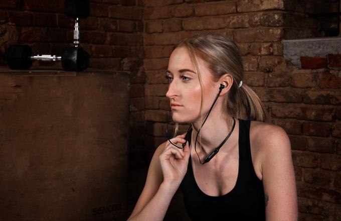 Nejnovější bezdrátová in-ear sluchátkaSENCOR SEP 500BTs mikrofonem lze zakoupit za cenu 599 Kč.